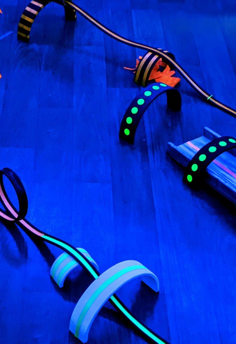 activités-enfants-lumière-fluo-circuit-voiture