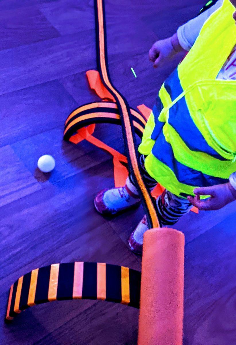 activités-enfants-lumière-fluo-circuit-voiture3