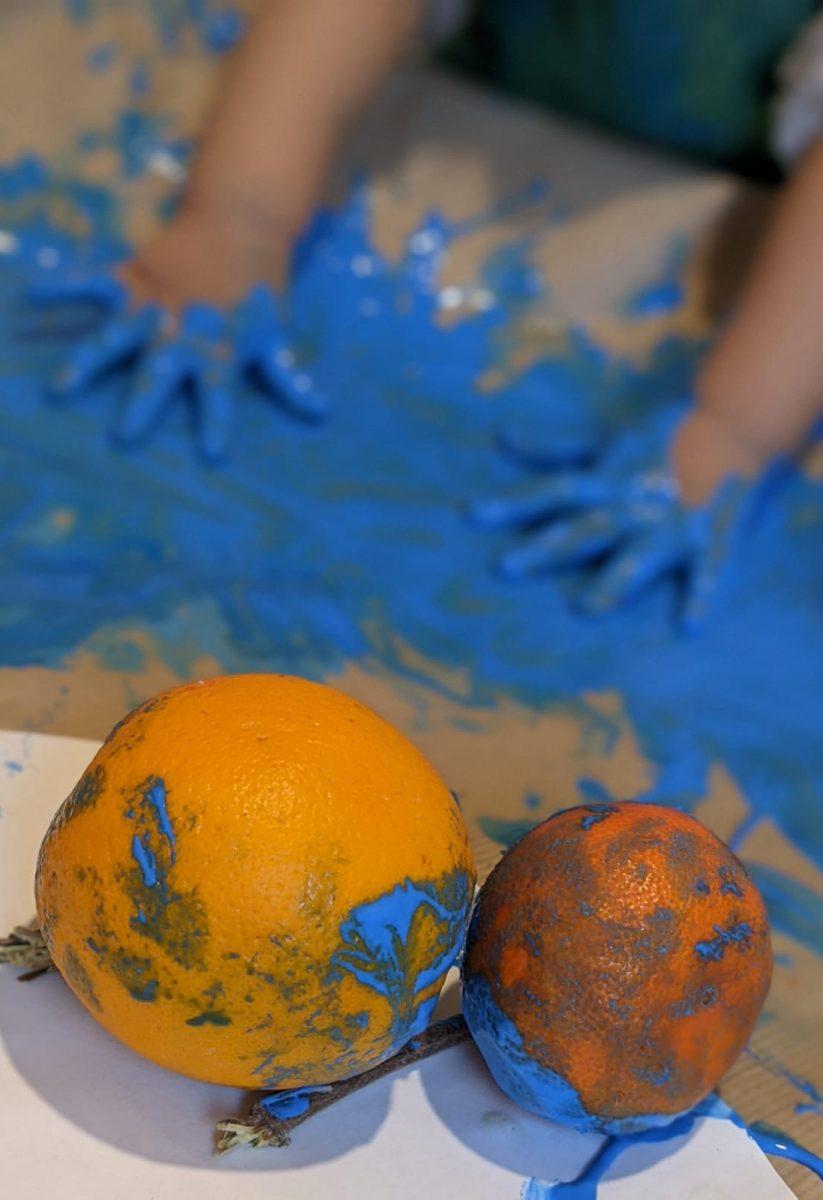 activités-enfants-peinture-bleu-orange